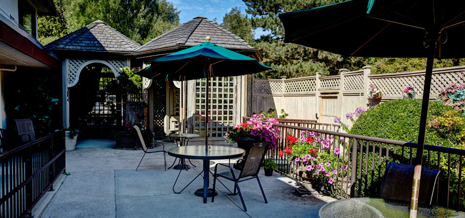 Backyard gazebo and lounging patio area | Kopernik Lodge